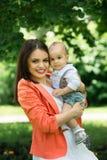 Garçon avec la maman en parc Image stock