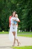 Garçon avec la maman en parc Photos libres de droits