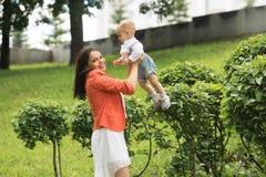 Garçon avec la maman en parc Photo stock