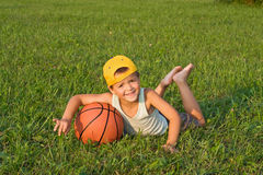 Garçon avec le basket-ball à l'extérieur photographie stock