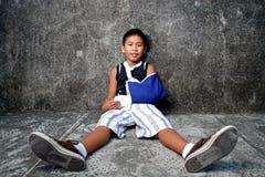 Garçon avec le bras cassé photos stock