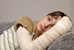 Garçon avec le bras cassé Images libres de droits