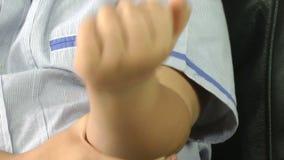Garçon avec le bras irritant d'éraflure de peau d'allergie clips vidéos