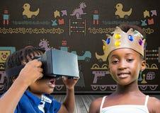 Garçon avec le casque et la fille de VR avec la couronne devant le tableau noir avec des graphiques de jouets illustration stock