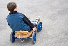 Garçon avec le chariot photo stock