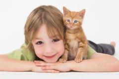 Garçon avec le chaton au-dessus du fond blanc Images libres de droits
