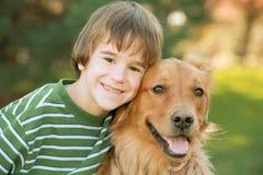 Garçon avec le chien d'arrêt d'or Images libres de droits