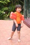 Garçon avec le costume de natation images libres de droits