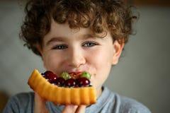 Garçon avec le gâteau Photo libre de droits