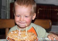 Garçon avec le gâteau d'anniversaire Image libre de droits