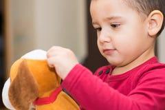 Garçon avec le jouet mou Image libre de droits