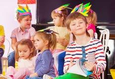 Garçon avec le manuel dans la classe de jardin d'enfants Photo libre de droits