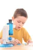 Garçon avec le microscope photos stock