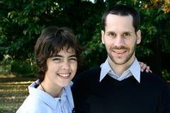 Garçon avec le père affectueux, extérieur photographie stock