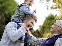 Garçon avec le père And Grandfather Enjoying en parc Photo stock