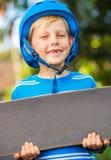 Garçon avec le panneau de patin Photos stock