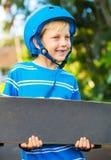 Garçon avec le panneau de patin Image stock