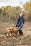 Garçon avec le plein panier lourd des champignons sur la clairière de forêt Photographie stock libre de droits