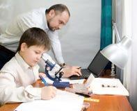 Garçon avec le professeur dans le laboratoire Images libres de droits