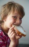 Garçon avec le sandwich Photo stock