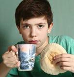 Garçon avec le tortillia et le lait Photo stock