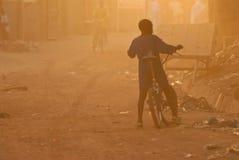 Garçon avec le vélo en brume poussiéreuse Photographie stock libre de droits