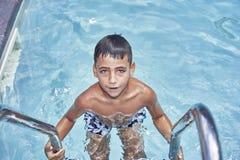 Garçon avec les yeux verts dans la piscine images libres de droits