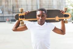Garçon avec Longboard photo libre de droits