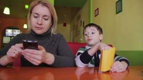 Garçon avec sa mère en café clips vidéos