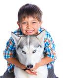 Garçon avec son chien de traîneau de chien Images stock