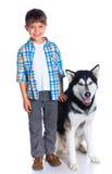 Garçon avec son chien de traîneau de chien Photographie stock
