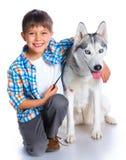 Garçon avec son chien de traîneau de chien Images libres de droits