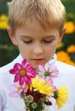 Garçon avec un bouquet Photographie stock