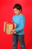 Garçon avec un cadeau de Noël Photo stock