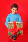 Garçon avec un cadeau de Noël photo libre de droits