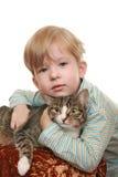 Garçon avec un chat fâché Photographie stock libre de droits