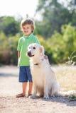Garçon avec un chien sur la nature Photo libre de droits