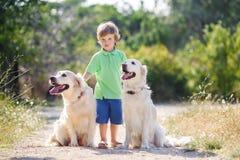 Garçon avec un chien sur la nature Images libres de droits