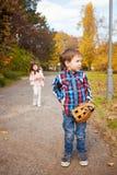 Garçon avec un gant de base-ball Photo stock