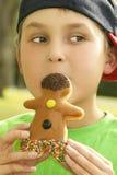 Garçon avec un homme de beignet Photos stock