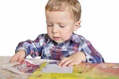Garçon avec un livre photo stock