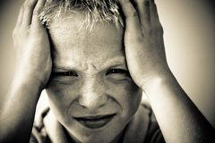 Garçon avec un mal de tête Photos libres de droits