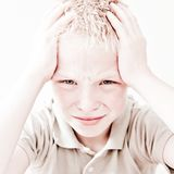 Garçon avec un mal de tête Photo stock
