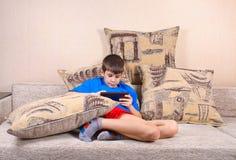 Garçon avec un PC de tablette photos libres de droits