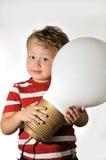 Garçon avec une ampoule photographie stock libre de droits