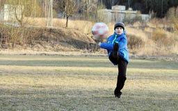 Garçon avec une boule Photos libres de droits