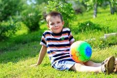 Garçon avec une boule Photographie stock libre de droits
