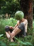 Garçon avec une pastèque au lieu de tête photographie stock libre de droits