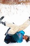 Garçon ayant l'amusement dans la neige images libres de droits