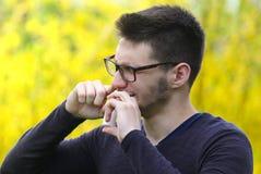 Garçon barbu à l'aide de l'inhalateur de nez dans la maladie de poumon de parc Photos libres de droits